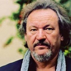 Aquí vemos una fotografía del filólogo alemán Klaus Theweleit, quien aparte de su pasión por la investigación ha demostrado sus dotes como músico y crítico literario.