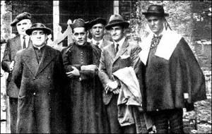 El cura fusilado en 1936 José de Ariztimuño, segundo por la izquierda, junto al lehendakari Aguirre (Fundación Sabino Arana)